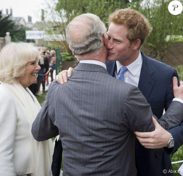 Le prince Harry accueille son père le prince Charles et sa belle-mère la duchesse Camilla avec la paysagiste Jinny Bloom au jardin Sentebale/Forget-me-not du Chelsea Flower Show, lors de la journée d'inauguration VIP de l'exposition, le 20 mai 2013 à Londres.