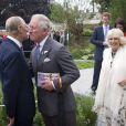 Le prince Charles fait la bise à son père le prince Philip, duc d'Edimbourg, sous le regard de Camilla. Le prince Harry accueillait la famille royale avec la paysagiste Jinny Bloom au jardin Sentebale/Forget-me-not du Chelsea Flower Show, lors de la journée d'inauguration VIP de l'exposition, le 20 mai 2013 à Londres.