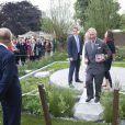 Le prince Harry a accueilli la famille royale avec la paysagiste Jinny Bloom au jardin Sentebale/Forget-me-not du Chelsea Flower Show, lors de la journée d'inauguration VIP de l'exposition, le 20 mai 2013 à Londres.