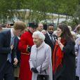 La reine Elizabeth en visite au Chelsea Flower Show, lors de la journée d'inauguration VIP de l'exposition, le 20 mai 2013 à Londres.