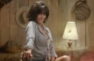 Jenifer : Secrétaire sexy et cowgirl aguicheuse dans le clip de 'Poupée de cire'