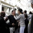Ingrid Betancourt embrasse un passant lambda