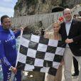 Le prince Albert de Monaco et son épouse Charlene prennent la posele vendredi 24 mai 2013 avec Pierre Frolla, parti chercher le drapeau à damier du Grand Prix de Monaco à 70 mètres de profondeur. Signés par les pilotes de F1, celui-ci sera vendu aux enchères au profit d'une association, Aequalia.