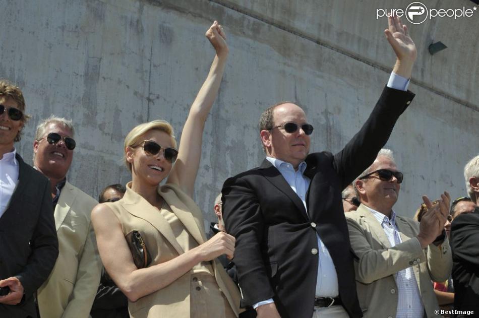 Le prince Albert de Monaco et son épouse Charlene, enthousiasmés par la descente en apnée de Pierre Frolla, parti chercher le drapeau à damier du Grand Prix de Monaco le vendredi 24 mai 2013. Signés par les pilotes de F1, celui-ci sera vendu aux enchères au profit d'une association, Aequalia.