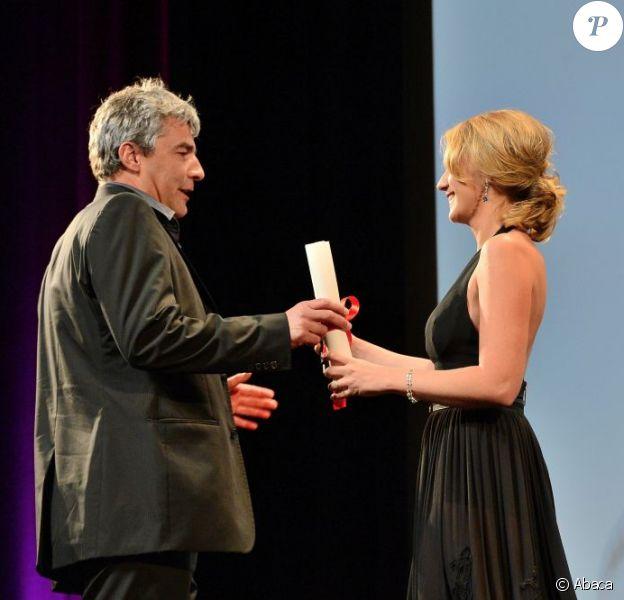 Alain Guiraudie et Ludivine Sagnier lors de la remise des prix de la section Un Certain Regard au Festival de Cannes le 25 mai 2013