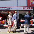 Pierre Casiraghi et sa compagne Beatrice Borromeo font une halte devant les stands de la Scuderia Ferrari avant le Grand Prix de F1 de Monaco le 26 mai 2013