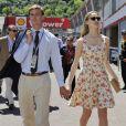 Pierre Casiraghi et Beatrice Borromeo se promenant amoureusement dans les paddocks du Grand Prix de F1 de Monaco le 26 mai 2013, avant la course