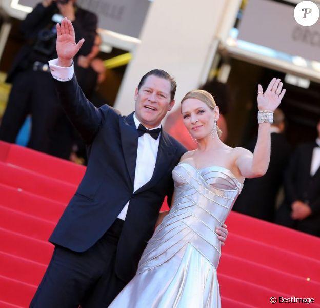 Arpad Busson et sa compagne Uma Thurman en Atelier Versace, lors de la montée des marches de la cérémonie de clôture du Festival de Cannes le 26 mai 2013