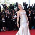 Uma Thurman, dans une robe Atelier Versace, lors de la montée des marches de la cérémonie de clôture du Festival de Cannes le 26 mai 2013
