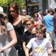 Victoria Beckham et ses enfants Romeo et Cruz en pleine séance shopping à The Grove avec Tana Ramsay et ses enfants, le 27 mai 2013
