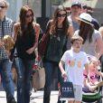 Victoria Beckham et ses enfants Romeo, Cruz et Harper en pleine séance shopping à The Grove avec Tana Ramsay et ses enfants, le 27 mai 2013