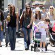 Victoria Beckham, ses enfants Romeo, Cruz et Harper ont profité d'une journée à The Grove à West Hollywood en compagnie de Tana Ramsay le 27 mai 2013