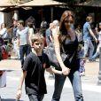 Victoria Beckham, maman attentionnée avec son petit Romeo à The Grove à West Hollywood le 27 mai 2013