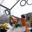 Milla Jovovich, enfermée dans une boîte transparente, devient Fake Milla pour l'artiste Tara Subkoff et son oeuvre Future/Perfect dans les jardins du Palazzo Malipiero. Venise, le 28 mai 2013.
