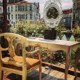 Milla Jovovich, autorisée à utiliser un Mac, une tablette et son iPhone pendant sa performance artistique dans Future/Perfect par Tara Subkoff dans les jardins du Palazzo Malipiero, a partagé son expérience sur Instagram. Venise, le 28 mai 2013.