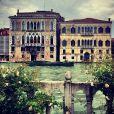 Milla Jovovich, autorisée à utiliser un Mac, une tablette et son iPhone pendant sa performance artistique dans Future/Perfect par Tara Subkoff dans les jardins du Palazzo Malipiero, a partagé son expérience sur Instagram. Elle a notamment postée cette photo de la vue sur le canal et le Palazzo Grassi. Venise, le 28 mai 2013.