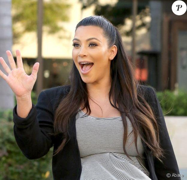 Kim Kardashian, souriante victime du vent à son arrivée au restaurant La Scala où elle retrouve son amie actrice Malika Haqq. Los Angeles, le 29 mai 2013.