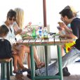 Kourtney Kardashian déjeune avec son compagnon Scott Disick et leur fils Mason au Malibu Country Mart. Malibu, le 29 mai 2013.