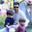 Exclusif - Ricky Martin et ses jumeaux dans un parc à Sydney en Australie le 18 mai 2013.