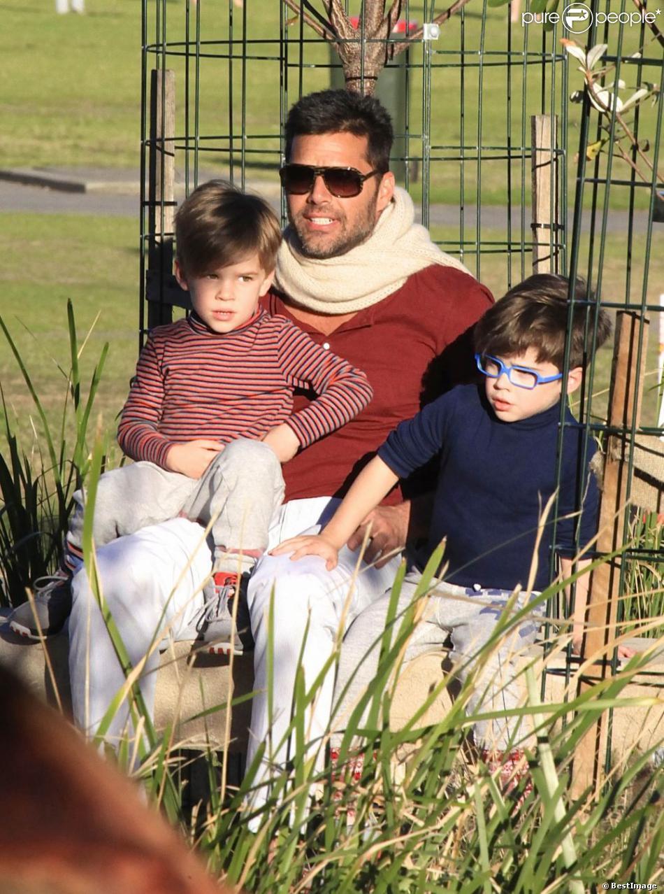 Exclusif - Ricky Martin et ses fils Matteo et Valentino dans un parc à Sydney en Australie le 18 mai 2013.