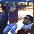 Exclusif - Ricky Martin et ses jumeaux Matteo et Valentino dans un parc à Sydney le 18 mai 2013.