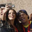 Bruna Marquezine, la compagne du footballeur Neymar et deux amis à Barcelone le 3 juin 2013 pour la présentation du joueur aux supporters du FC Barcelone.
