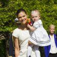 La princesse Victoria de Suède, le prince Daniel et leur fille de 15 mois la princesse Estelle inauguraient le 6 juin 2013 à 10 heures la traditionnelle journée portes ouvertes du palais royal à Stockholm, à l'occasion de la Fête nationale 2013.