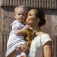 Estelle concentrée, dans les bras de sa maman... La princesse Victoria de Suède, le prince Daniel et leur fille de 15 mois la princesse Estelle inauguraient le 6 juin 2013 à 10 heures la traditionnelle journée portes ouvertes du palais royal à Stockholm, à l'occasion de la Fête nationale 2013.