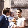 Victoria et Daniel de Suède, avec leur adorable fille de 15 mois la princesse Estelle, inauguraient le 6 juin 2013 à 10 heures la traditionnelle journée portes ouvertes du palais royal à Stockholm, à l'occasion de la Fête nationale 2013.