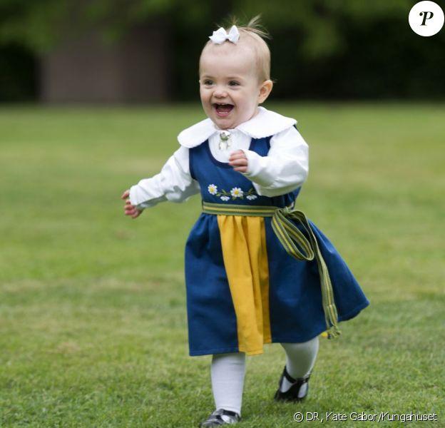 Portrait de la princesse Estelle de Suède, 15 mois, fille de la princesse Victoria et du prince Daniel, réalisé au palais Haga le 4 juin 2013 par Kate Gabor à l'occasion de la Fête nationale, le 6 juin.