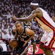 Tony Parker fait déjouer la défense du Heat de Miami lors du premier match de la finale NBA à l'AmericanAirlines Arena de Miami le 6 juin 2013