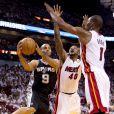 Tony Parker a déroulé face à la défense du Heat de Miami lors du premier match de la finale NBA à l'AmericanAirlines Arena de Miami le 6 juin 2013