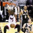 Dwyane Wade écrase un dunk sous l'oeil de Tony Parker lors du premier match de la finale de la NBA entre le Heat de Miami et les Spurs de San Antonio le 6 juin 2013 à l'AmericanAirlines Arena de Miami le 6 juin 2013