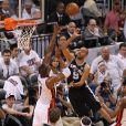 Tony Parker à la lutte avec Chris Bosh lors du premier match de la finale de la NBA entre le Heat de Miami et les Spurs de San Antonio le 6 juin 2013 à l'AmericanAirlines Arena de Miami le 6 juin 2013