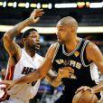 Udonis Haslem et Tim Duncan lors du premier match de la finale de la NBA entre le Heat de Miami et les Spurs de San Antonio le 6 juin 2013 à l'AmericanAirlines Arena de Miami le 6 juin 2013