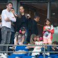 Le producteur Yves Mayet discute avec Laeticia Hallyday, accompagnée de ses filles Joy et Jade. On peut également voir Giulia (fille de Anne Marcassus) lors du concert de Rihanna au Stade de France. Pas moins de 80 000 personnes ont assisté à ce concert exceptionnel à Paris, le 8 juin 2013