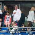 Le producteur Yves Mayet discute avec Laeticia Hallyday, accompagnée de ses filles Joy et Jade. On peut également voir Giulia (fille de Anne Marcassus) avec son papa Fabrice Le Ruyet (mari de Anne Marcassus)lors du concert de Rihanna au Stade de France. Pas moins de 80 000 personnes ont assisté à ce concert exceptionnel à Paris, le 8 juin 2013