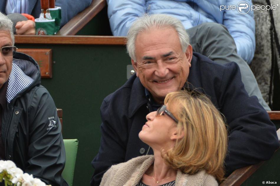 Dominique Strauss-Kahn et Myriam L'Aouffir, complices et sereins, dans les tribunes du tournoi de Roland-Garros 2013 pour la finale opposant Rafael Nadal à David Ferrer, à Paris le 9 juin 2013.
