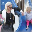 La chanteuse Pink, son mari Carey Hart et la petite Willow s'amusent en famille à Venice Beach, le 9 Juin 2013.