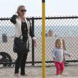 La chanteuse Pink, son mari Carey Hart et leur fille Willow s'amusent en famille à Venice Beach, le 9 Juin 2013.