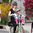 La chanteuse Pink et sa fille Willow s'amusent en famille à Venice Beach, le 9 Juin 2013.