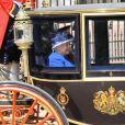La reine Elizabeth II à Londres le 15 juin 2013, lors de la procession de la famille royale à l'occasion de la parade Trooping the Colour, à la gloire des forces armées et de l'anniversaire de la souveraine.
