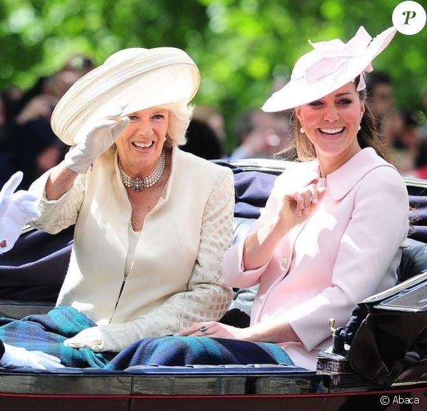 Kate Middleton, duchesse de Cambridge, enceinte de 8 mois et en Alexander McQueen, et Camilla Parker Bowles, duchesse de Cornouailles, le 15 juin 2013, lors de la procession de la famille royale à l'occasion de la parade Trooping the Colour, à la gloire des forces armées et de l'anniversaire de la souveraine, Elizabeth II.