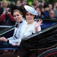 Beatrice et Eugenie d'York quittant Buckingham Palace avec leur père le prince Andrew le 15 juin 2013, lors de la procession de la famille royale à l'occasion de la parade Trooping the Colour, à la gloire des forces armées et de l'anniversaire de la souveraine, Elizabeth II.