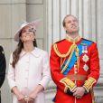 La famille royale britannique au balcon de Buckingham Palace pour le final de la parade militaire Trooping the Colour le 15 juin 2013 à Londres en l'honneur de l'anniversaire officiel de la monarque, Elizabeth II. Il s'agissait de la dernière apparition publique officielle de Kate Middleton, duchesse de Cambridge, avant d'accoucher en juillet de son premier enfant.