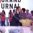 Jamel Debbouze offre un bouquet de fleurs à Michel Denisot dans Le Grand Journal de Canal+ le mardi 18 juin 2013