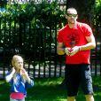 Martin Kirsten dans un parc avec Leni, fille aînée d'Heidi Klum. New York, le 19 juin 2013.