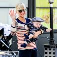 """Anna Faris et son fils Jack, à West Hollywood, le 15 février 2013."""