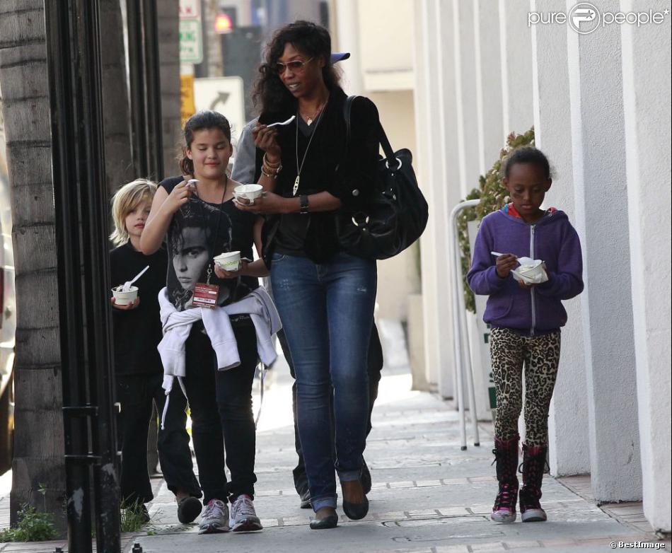 Shiloh et Zahara Jolie-Pitt à Los Angeles le 18 février 2013