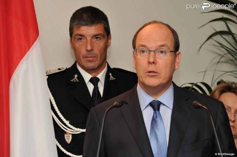 Le prince Albert de Monaco présente ses voeux au chef de la police monégasque et à ses membres, le 17 janvier 2011. André Muhlberger se trouve juste derrière lui.